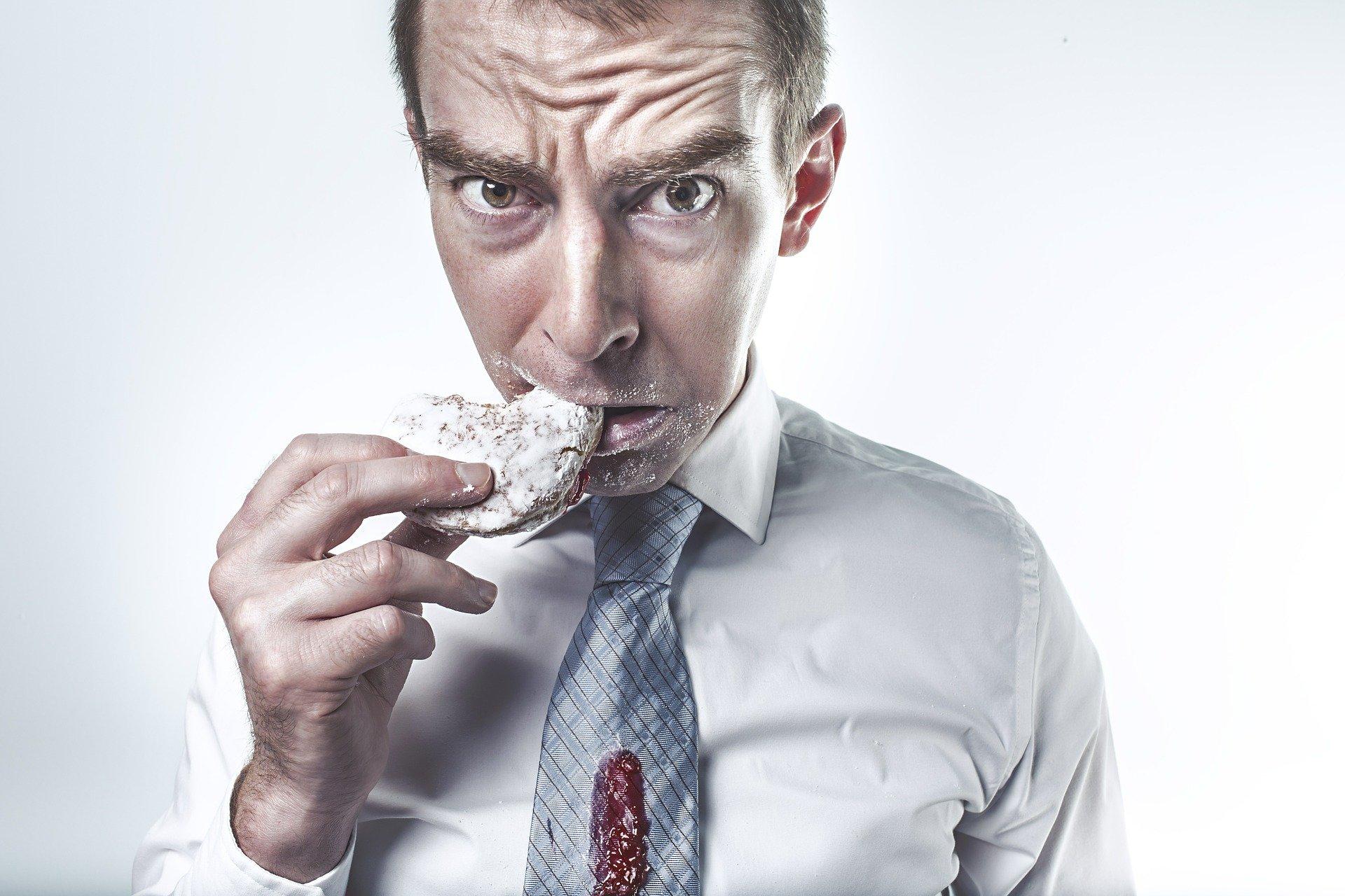 muž s jídlem