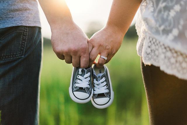 Rodiny s malým dítětem si od nového roku finančně polepší. Jaké podmínky musíte splnit?