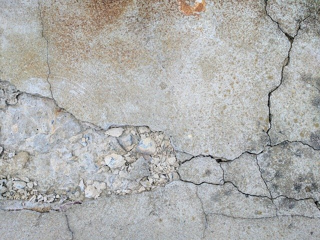 Stará popraskaná betonová zeď